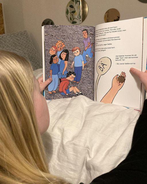 Dagny läser Jojo och locket i halsen.
